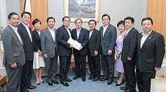 菅官房長官(中央)に提言を手渡す石田政調会長(同左)ら=19日 首相官邸