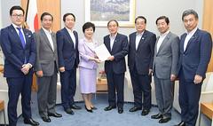 菅官房長官(中央右)に提言を申し入れる高木本部長(同左)ら=19日 首相官邸
