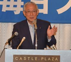 連立政権の政策や公明党の役割などについて講演する井上幹事長=17日 名古屋市