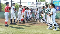 福島と東京の子どもたちが野球を通じて交流=昨年8月 東京・墨田区