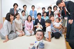 防衛省の庁内託児施設を視察する党女性委のメンバーと古城氏(前列左から4人目)=26日 東京・新宿区