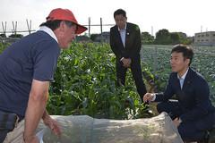 体験農園を視察する矢倉政務官 小林都議 9日 東京・練馬区