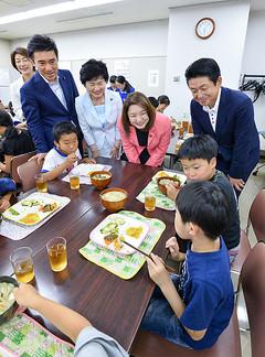 子ども食堂を視察するうすい、竹谷、高木、矢倉の各氏=22日 東京・足立区