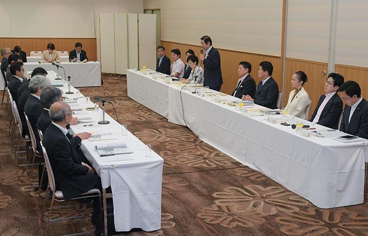 大阪府(左側)から要望を受ける党府本部の国会議員団=8日 大阪市