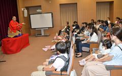 三遊亭究斗さんのミュージカル落語を体験する子どもたち=2日 文科省