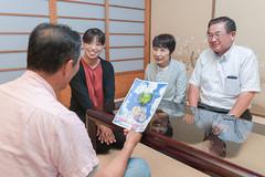 障がい認定基準の一部改正で、「娘も認定が受けられる」と喜ぶ内藤さんと竹内市議ら=16日 滋賀・東近江市