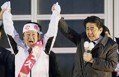 いなつ久候補の勝利を訴える自民党の小泉筆頭副幹事長=12日 北海道岩見沢市