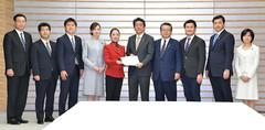 安倍首相(中央右)に決議を手渡す党文科部会のメンバーら=22日 首相官邸