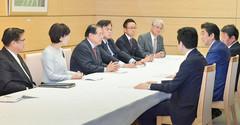 安倍首相(右から2人目)に提言を申し入れる公明党の人生100年時代構想本部と経済再生調査会=24日 首相官邸