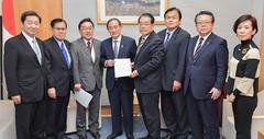 菅官房長官(中央左)に要望書を提出する石田政調会長(右隣)ら=1日 首相官邸