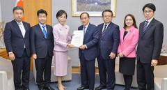 菅官房長官(中央)に提言を申し入れる党認知症対策推進本部=1日 首相官邸