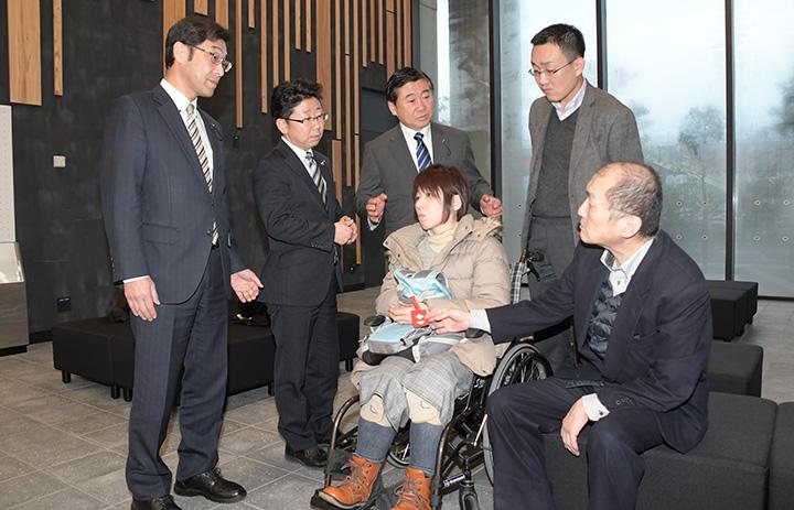 ヘルプマーク導入を松尾副会長(手前左)と髙島会長(同右)と喜び合う党長崎県議団(左から3人)