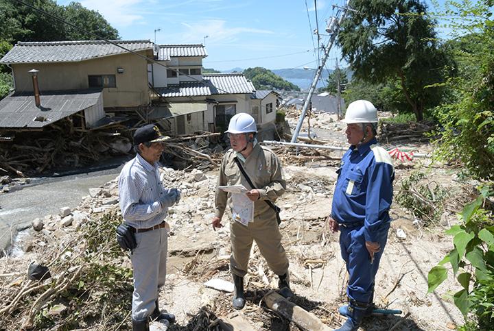 土砂崩れで住宅が流された現場を視察する(右から)上村、下西の両議員=11日 広島・呉市