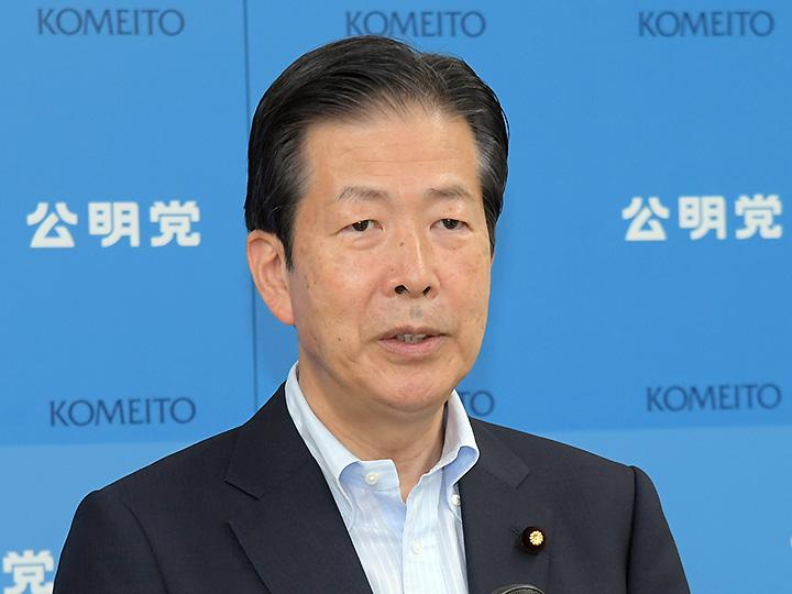 記者会見で中国訪問を発表する山口代表=17日 党本部