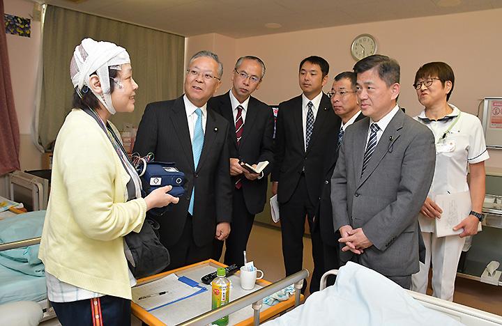 てんかん専門病院を訪れ、患者から話を聞く横山氏ら