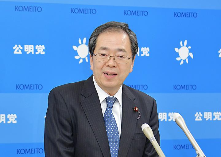 記者会見で見解を述べる斉藤幹事長=15日 国会内