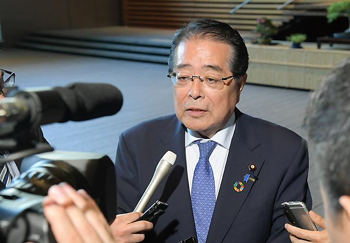 記者団の質問に答える石田政調会長=24日 首相官邸