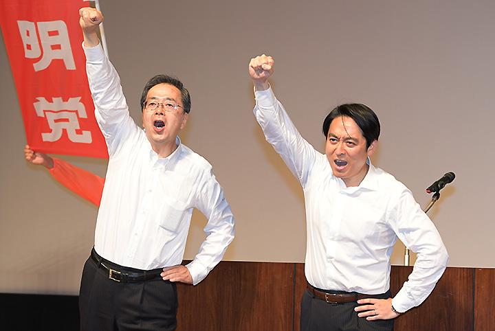 公明党への絶大な支援を訴える斉藤幹事長と平木氏=24日 千葉・市川市