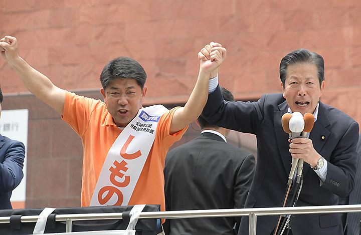 しもの六太候補(福岡選挙区)の勝利を訴える山口代表=5日 福岡市