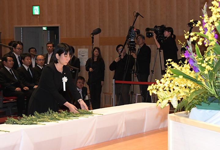 追悼式で献花する高瀬さん=5日 福岡・東峰村