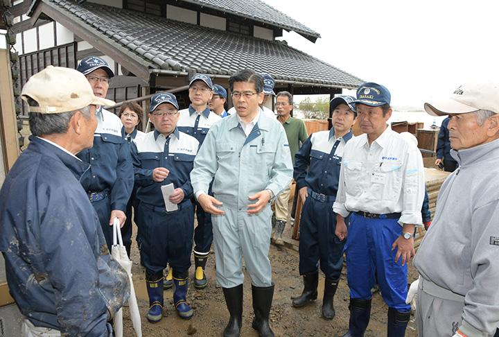 被災者宅を訪問し、窮状を聞く石井本部長ら=14日 水戸市