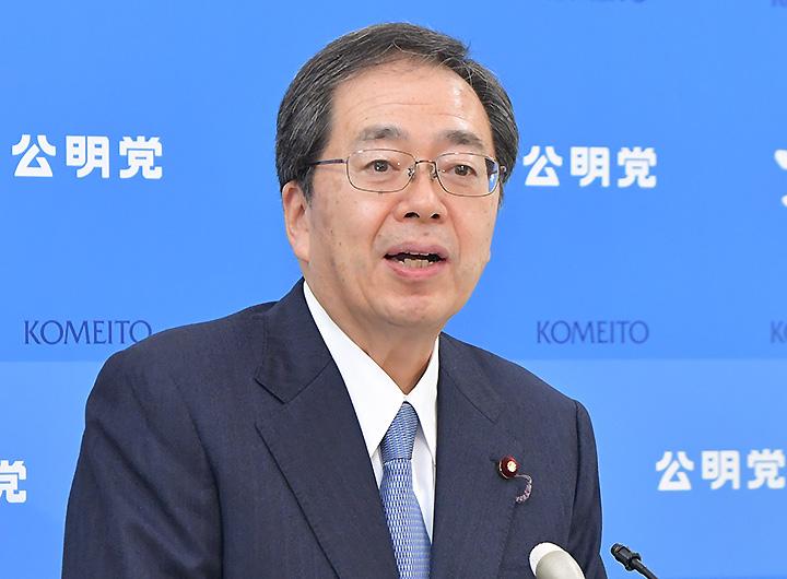 記者会見で見解を述べる斉藤幹事長=1日 国会内
