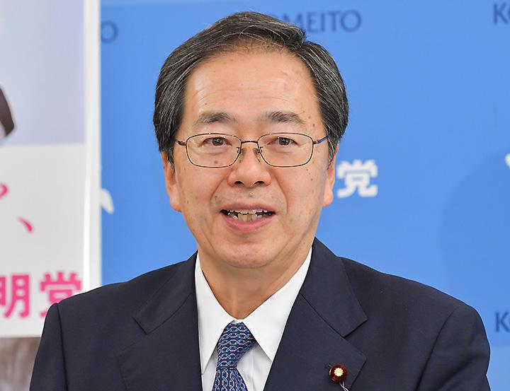 記者会見で見解を述べる斉藤幹事長=8日 国会内