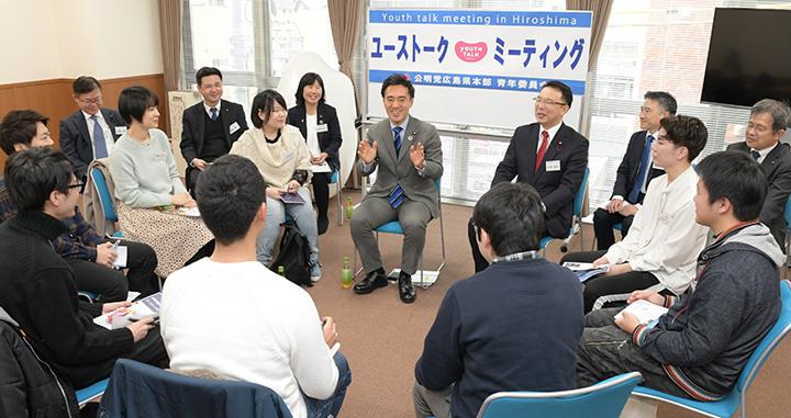 若者たちと活発に意見を交わす矢倉委員長(中央)=2日 広島市