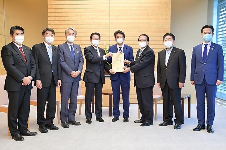 安倍首相にテナントの事業継続支援で提言を申し入れる石田政調会長、北側副代表ら=8日 首相官邸