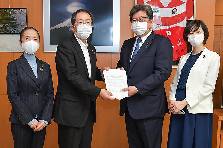 萩生田文科相に申し入れる斉藤幹事長と浮島部会長=8日 文科省