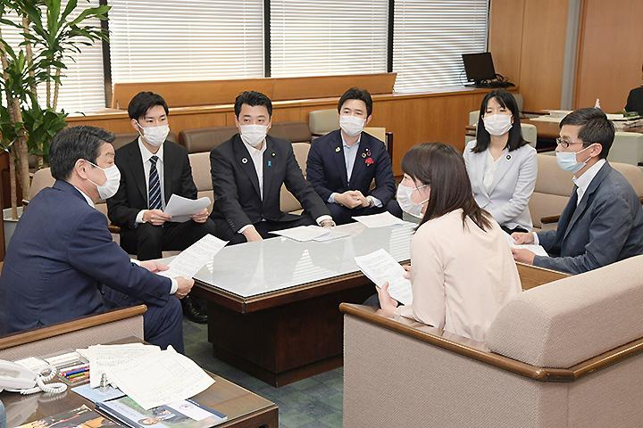 稲津副大臣に要望する党青年局と学生局のメンバーら=8日 厚労省
