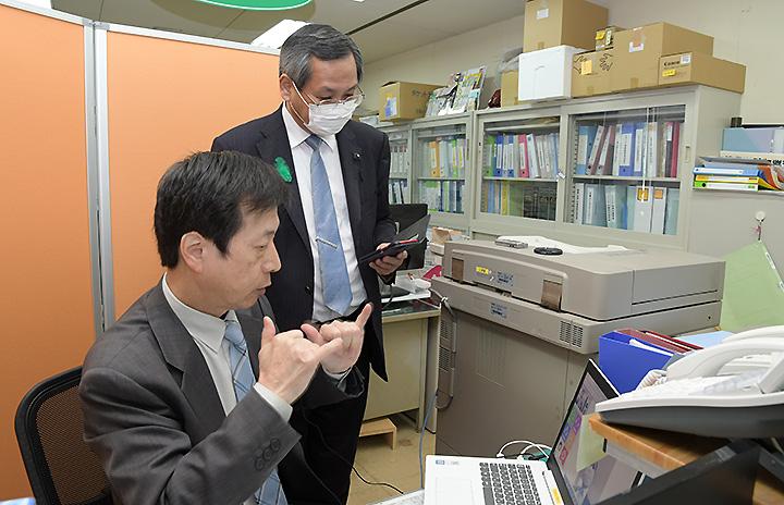 石田施設長から説明を受ける西本県議