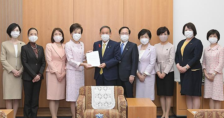 菅首相に提言を申し入れる古屋委員長、竹内政調会長ら=9日 首相官邸