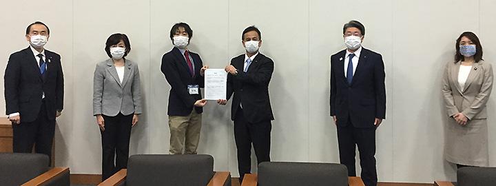 当時の遠山副大臣に要望する駒崎氏、竹谷氏、都議会公明党の議員=4月 衆院第1議員会館