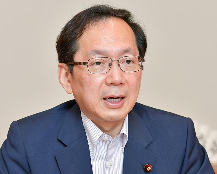 政策パンフについて語る竹内政調会長
