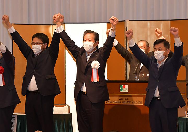 衆院選の公明党勝利へ、庄子(右)、佐々木(左)両氏とともに支援を訴える山口代表=24日 福島市
