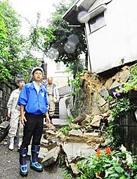 土砂崩れで民家が損壊した現場を視察する谷合氏ら
