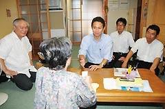 大島青松園を訪問し、入所者と懇談する谷合氏ら