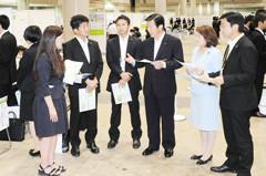 合同就職説明会を視察する山口代表と谷合青年委員長ら