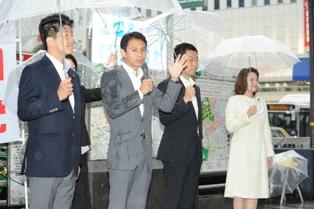 街頭演説を行う谷合委員長と、石川、秋野、竹谷の各氏