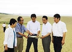 鳥取砂丘を視察する谷合氏と党鳥取県本部のメンバーら
