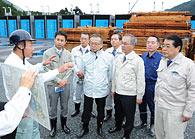 県産木材供給センターで説明を受ける党農林水産部会のメンバーら