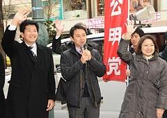 街頭演説会で若者の雇用支援などを訴える谷合氏、石川氏、竹谷さんら