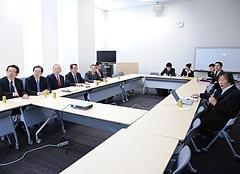 神谷氏から話を聞く党合同会議