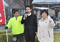 「国民生活を守る」と訴える谷合氏と石丸県議