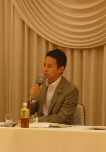 岡山県政懇談会で発言する谷合参院議員