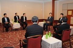 湯崎知事と会談する山口代表