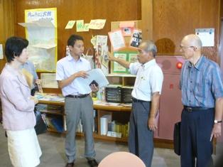 京山公民館内のESDコーナーを見学