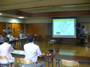 京山地区のESD推進活動について説明をうける谷合議員