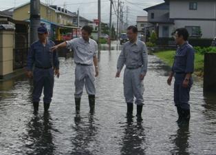 冠水した住宅地の被害状況を調査する谷合参院議員ら